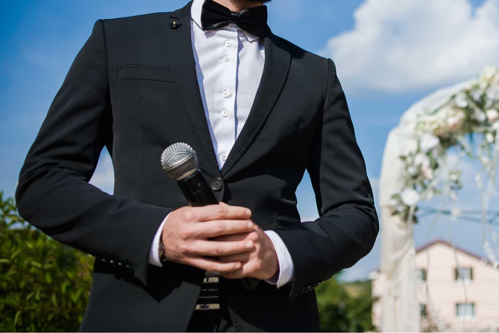 man som håller en mikrofon