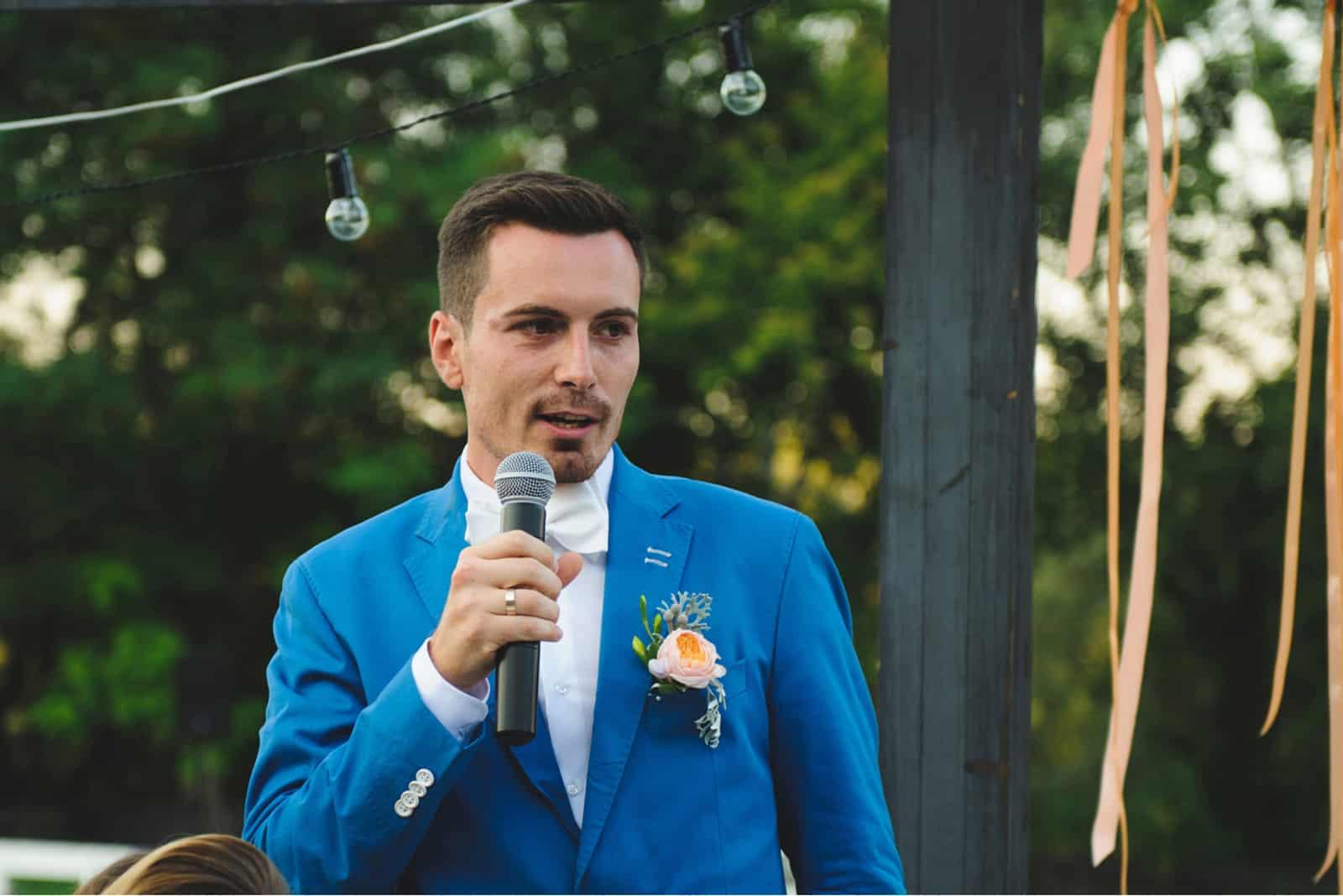 brudgummen håller mikrofon och talar tal