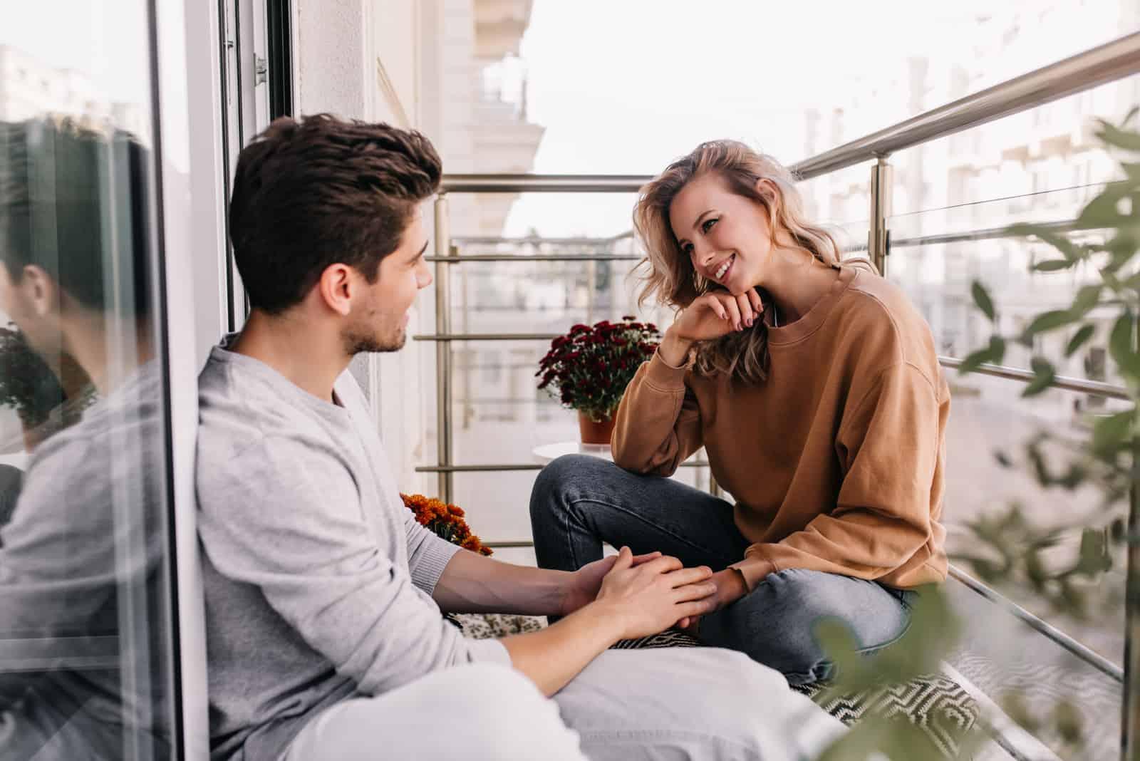 flicka som pratar med en vän på terrassen