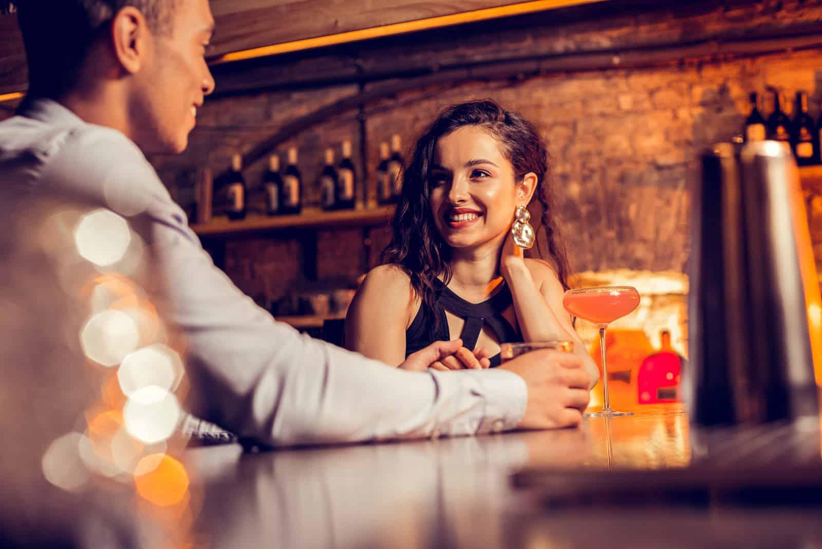 flickvän som ler medan hon tillbringar tid med sin kärleksfulla man