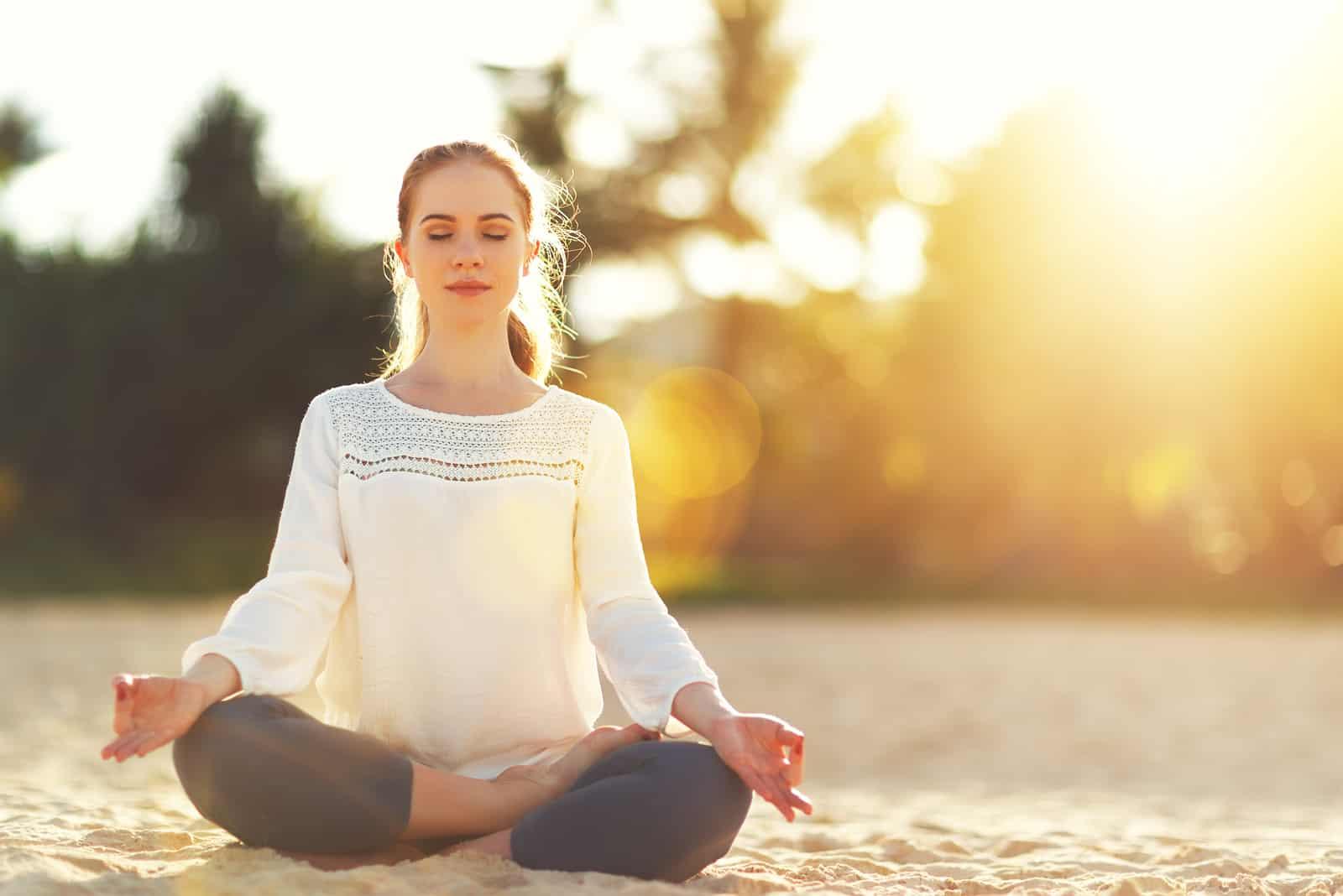 kvinna övar yoga och meditation