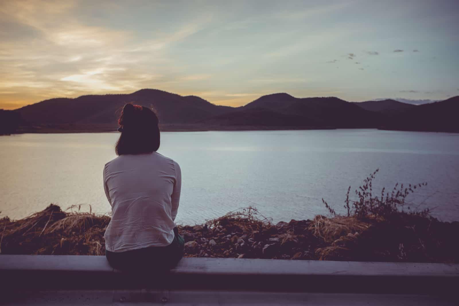 kvinna som sitter ensam utomhus