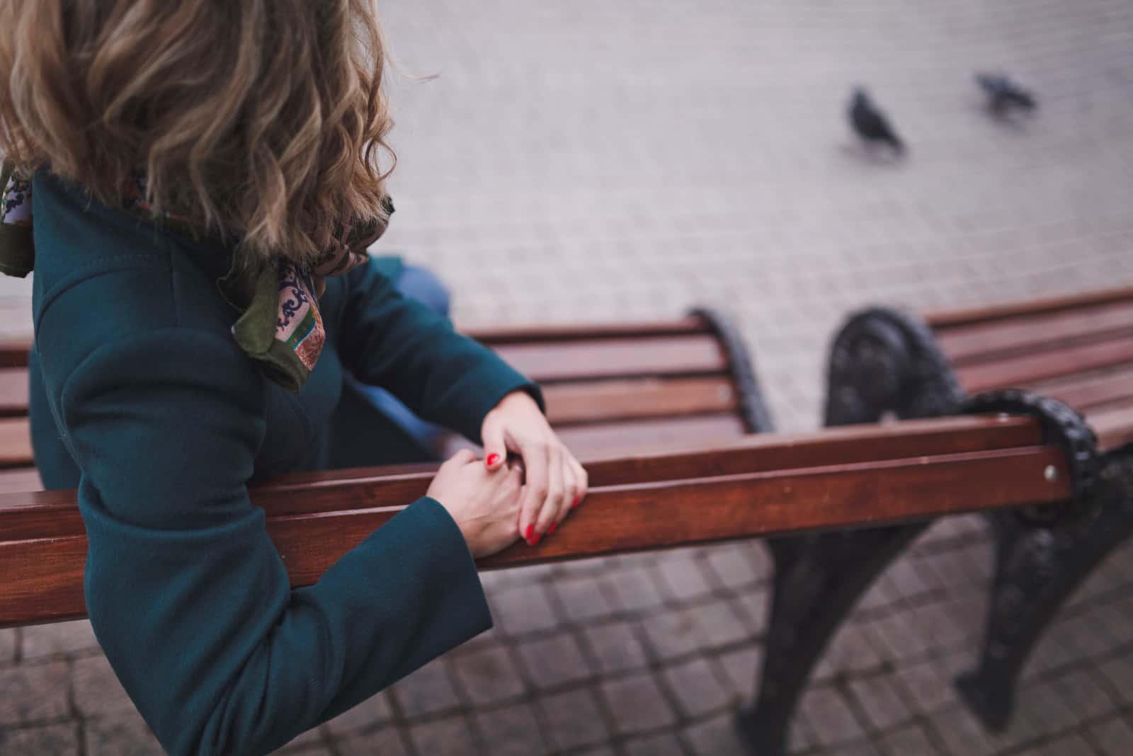 kvinna som sitter på bänken