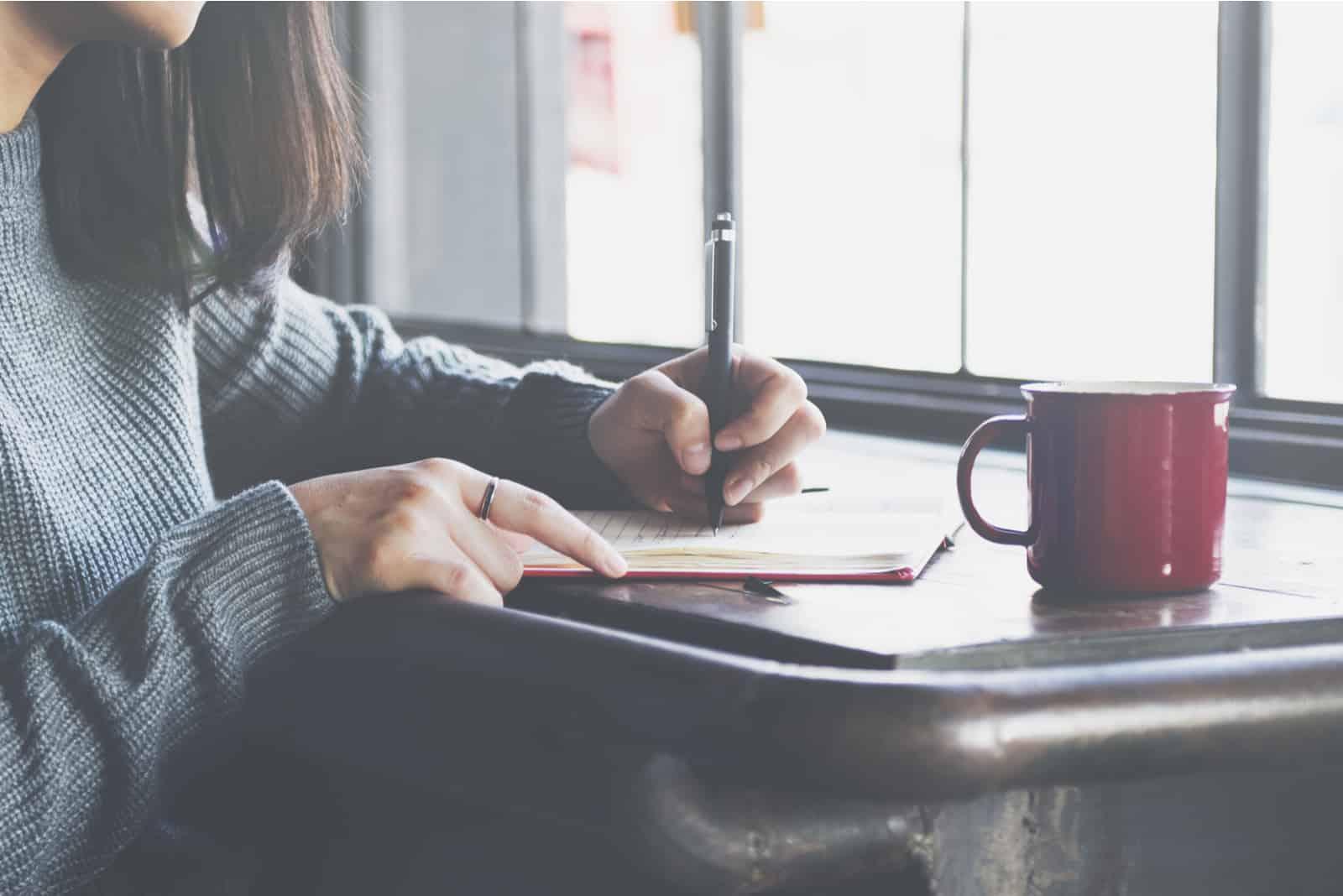 lady skriva anteckningsbok dagbok (1)