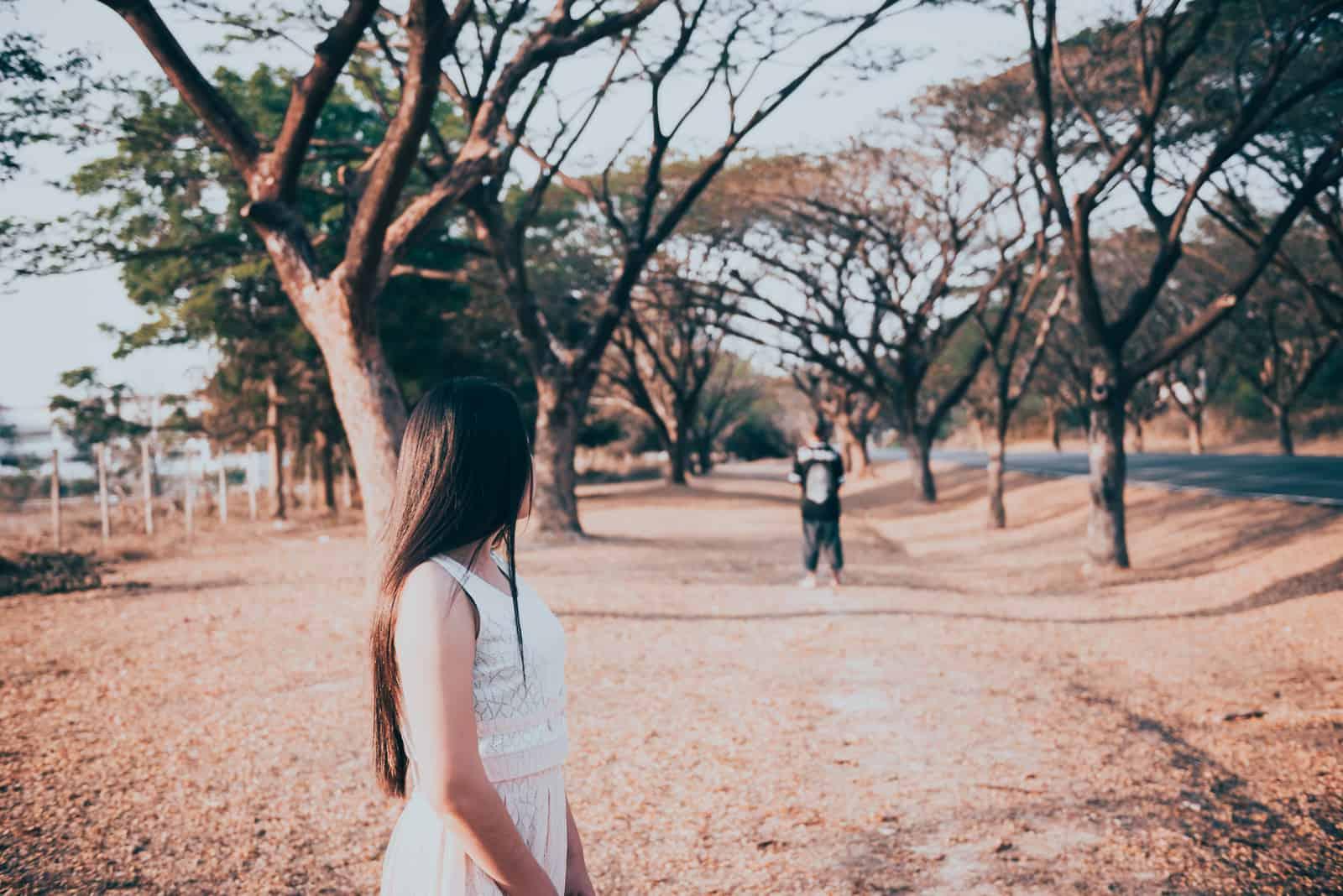 ledsen kvinna som ser sin pojkvän