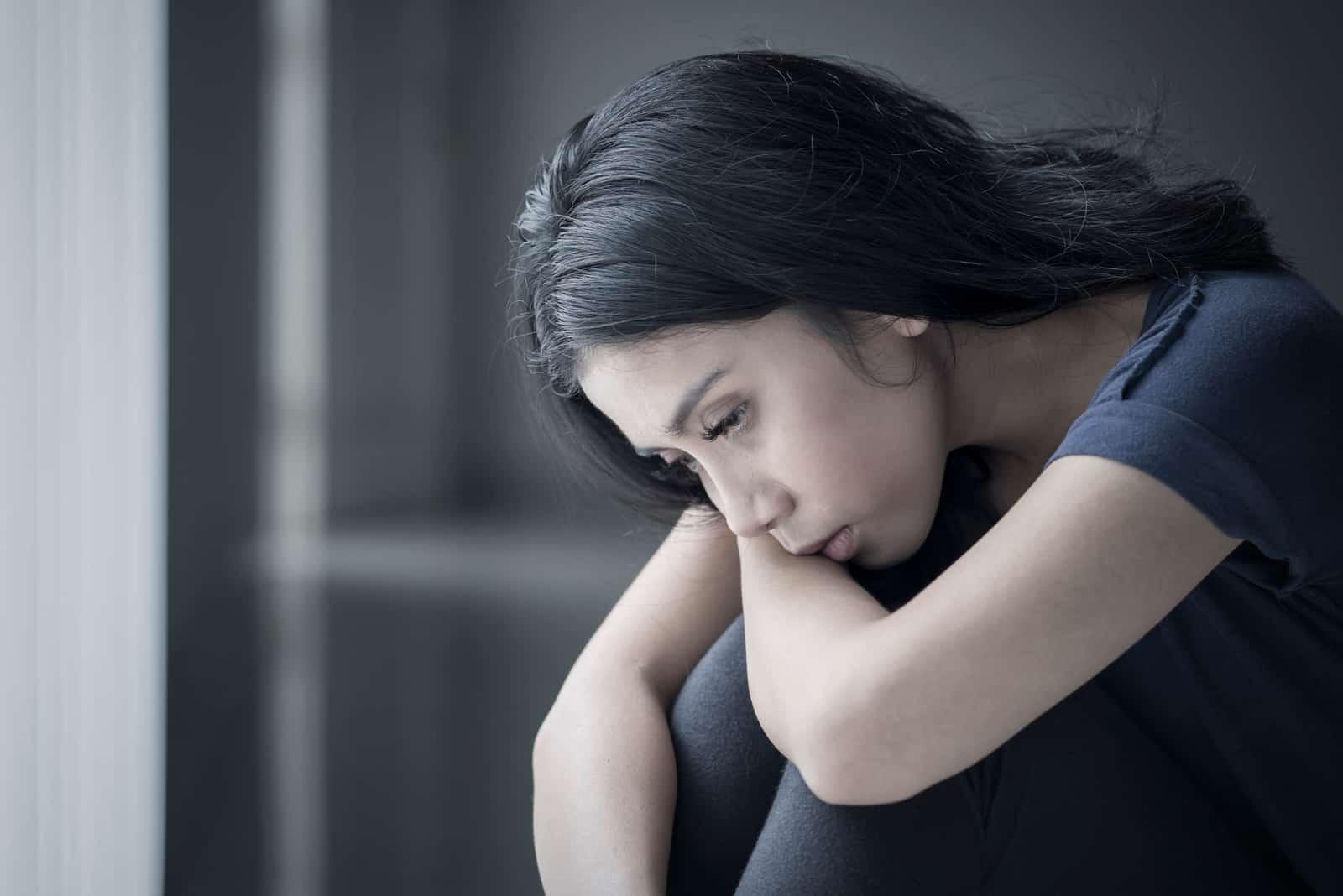 ledsen kvinna som sitter ensam