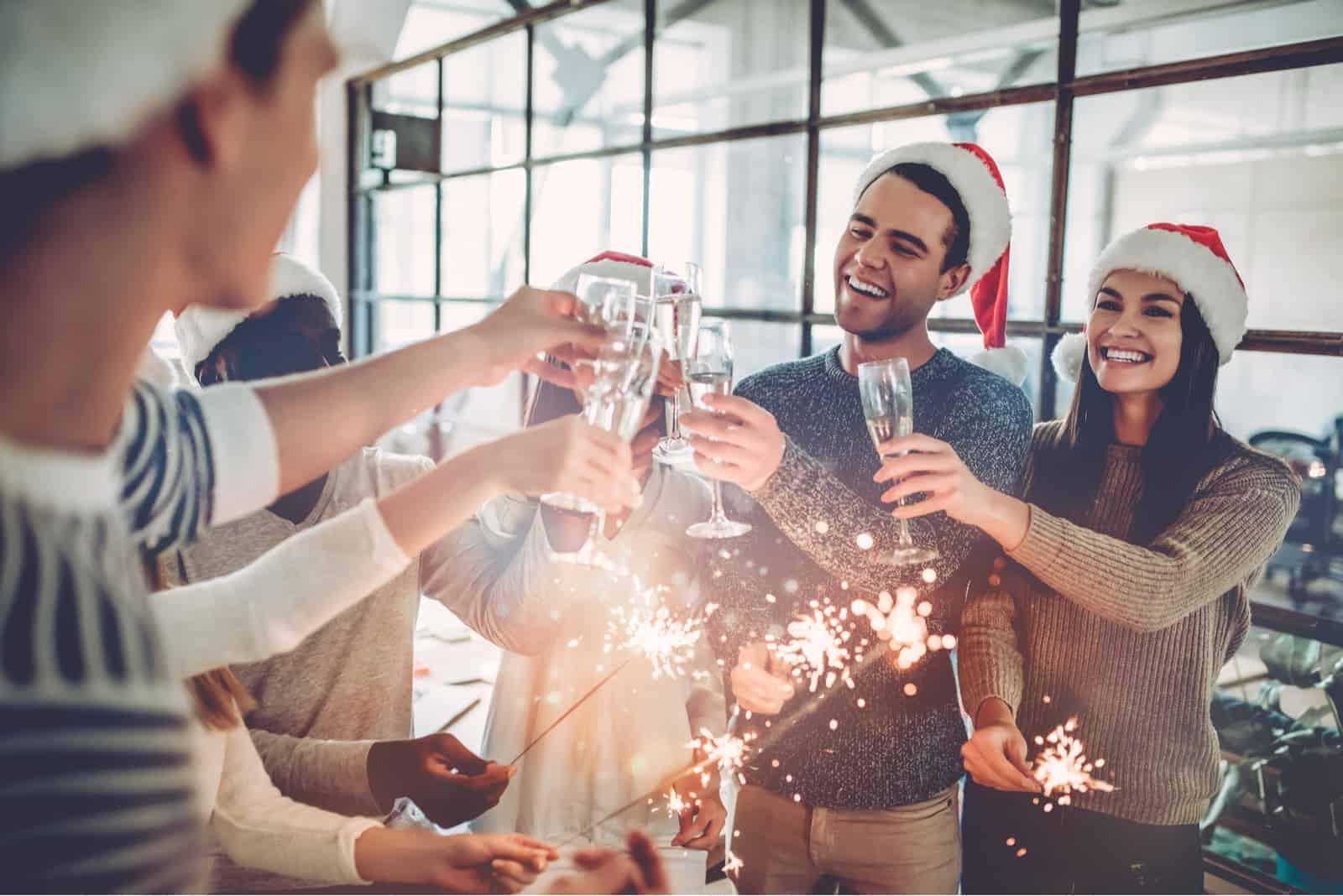 människor firar semester i modernt kontor