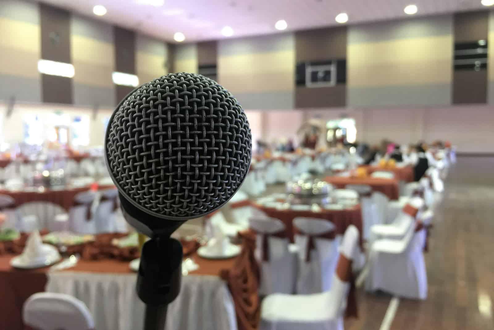 mikrofon på en deejay och emcee-scen på en bröllopsceremoni i stor hall