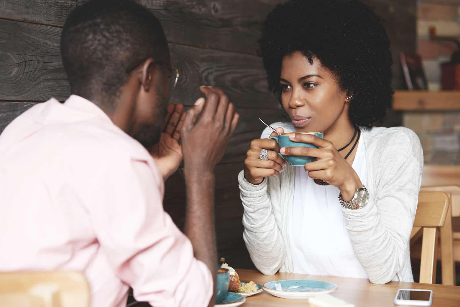 par njuter av tiden tillsammans på en restaurang