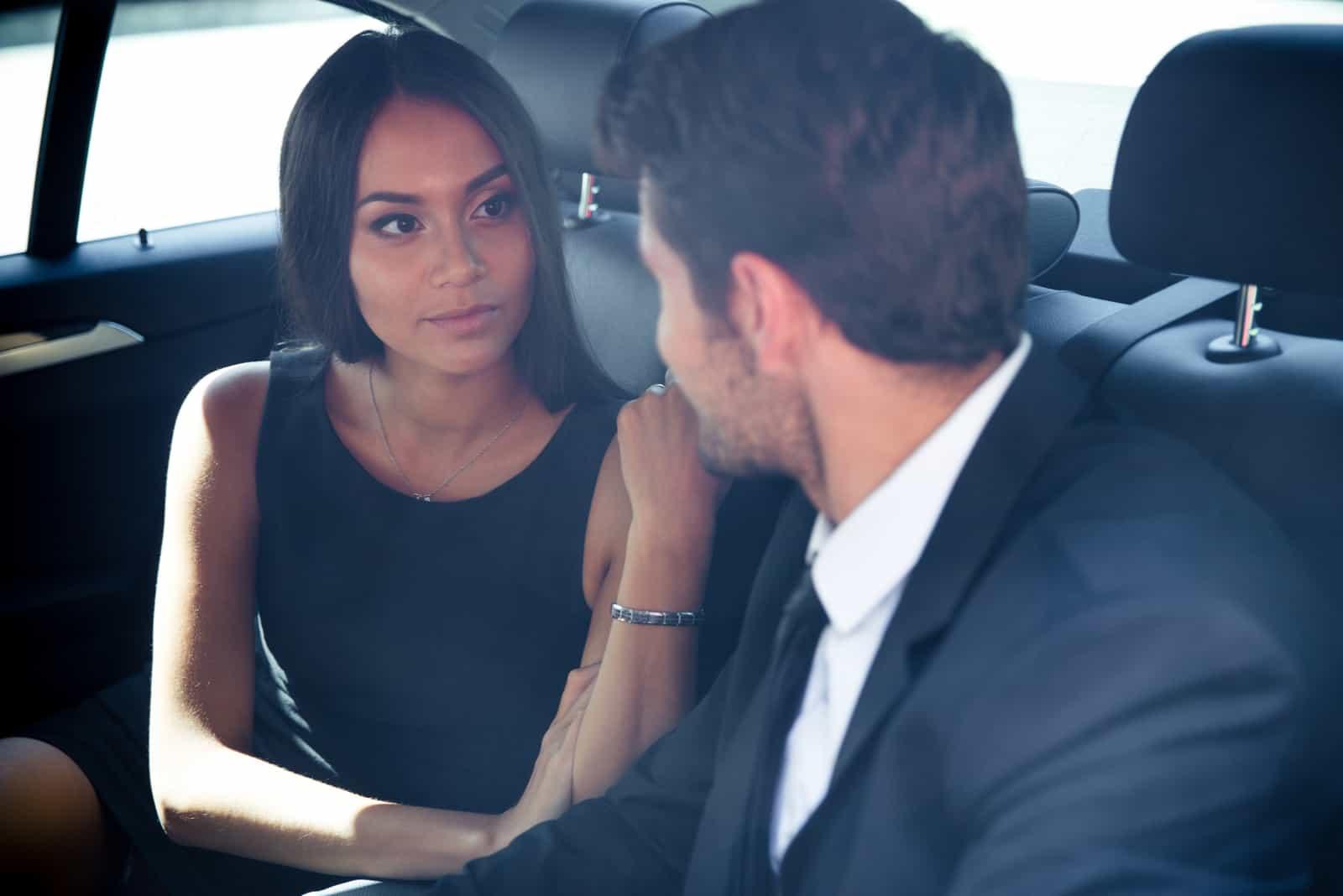 par sitter i bilen