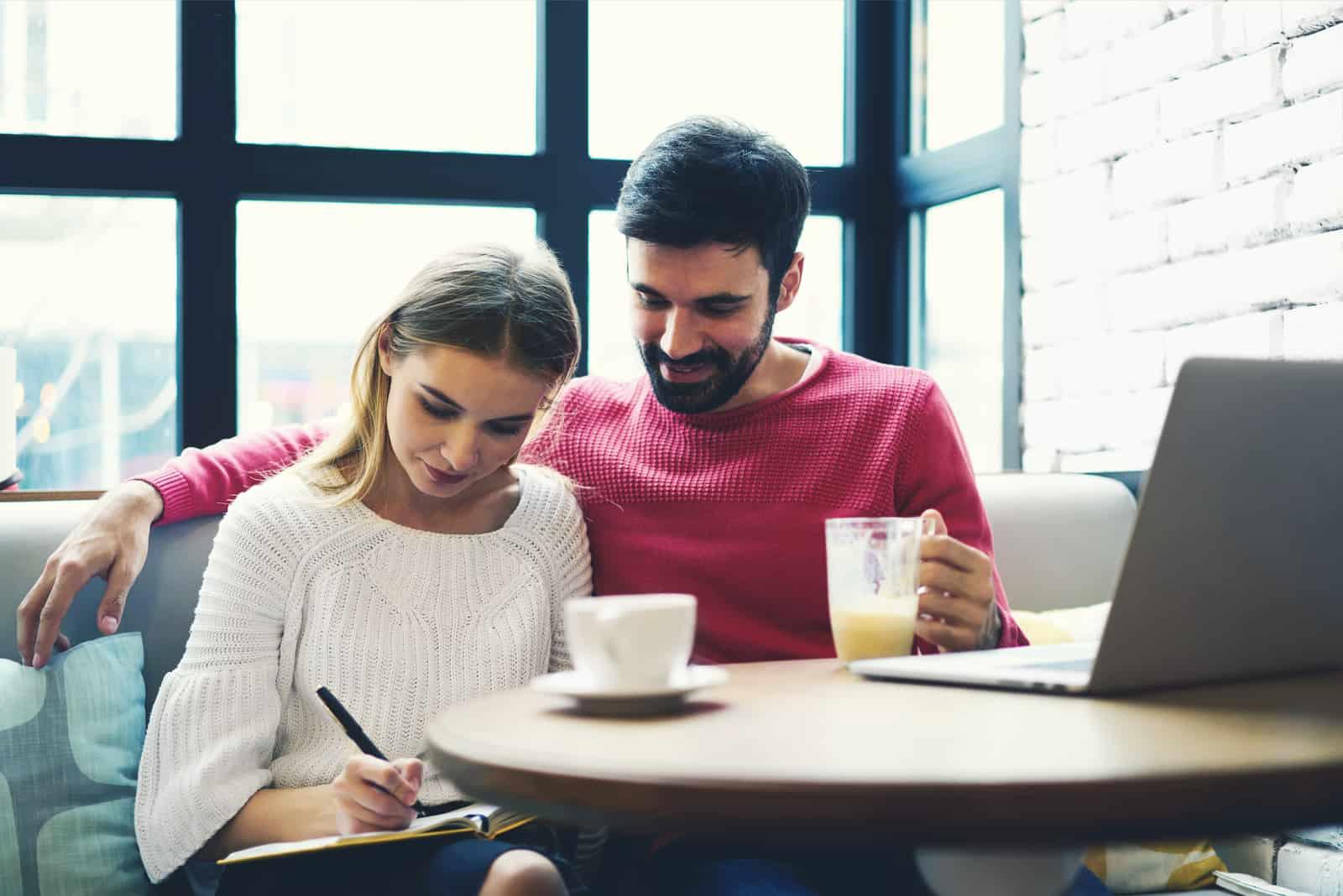 par sitter i mysiga kafé och spendera tid tillsammans