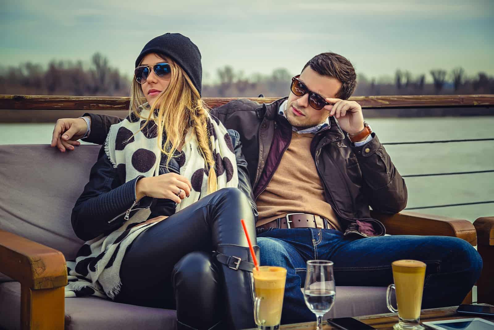 par sitter på café