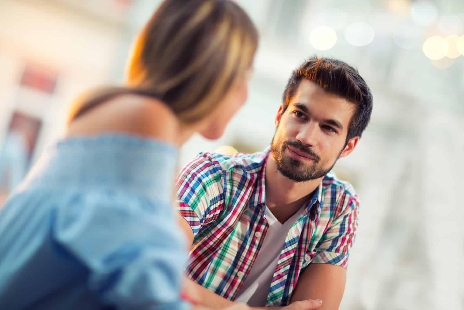 par som sitter på ett kafé och pratar