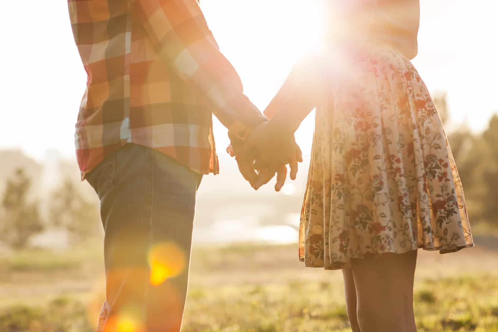 par som står i naturen som håller hand