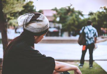 sorglig kvinna som tittar på din pojkvän gå