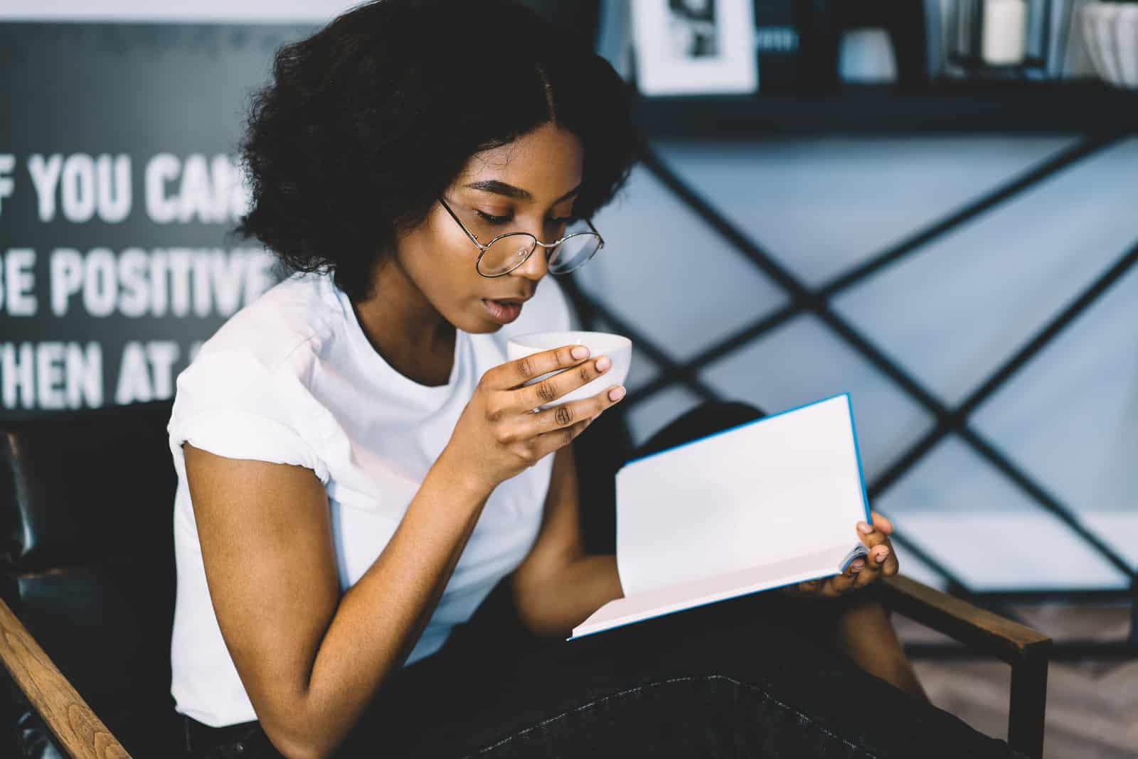 ung kvinna som sitter och dricker kaffe