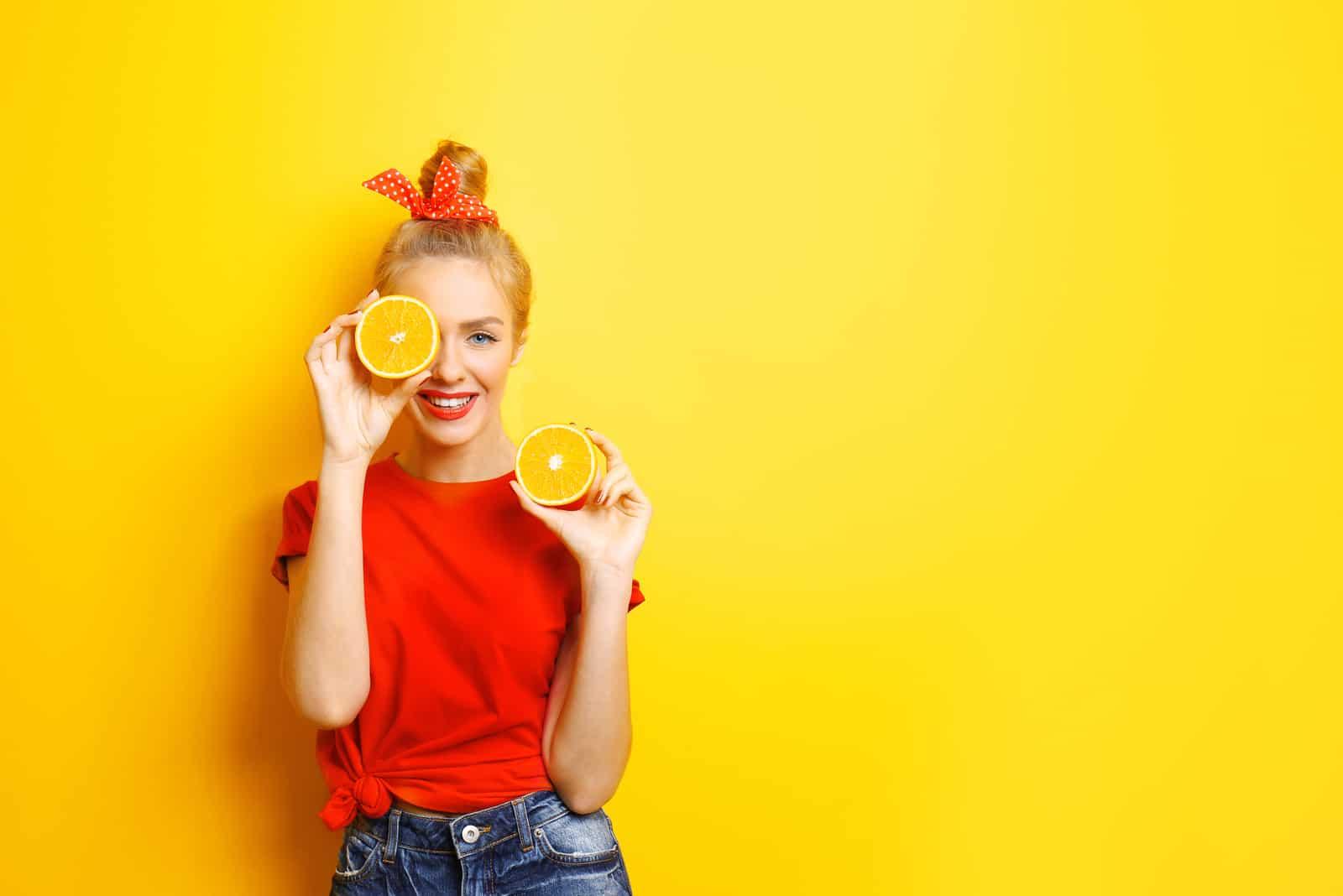 ung vacker kvinna gul bakgrund