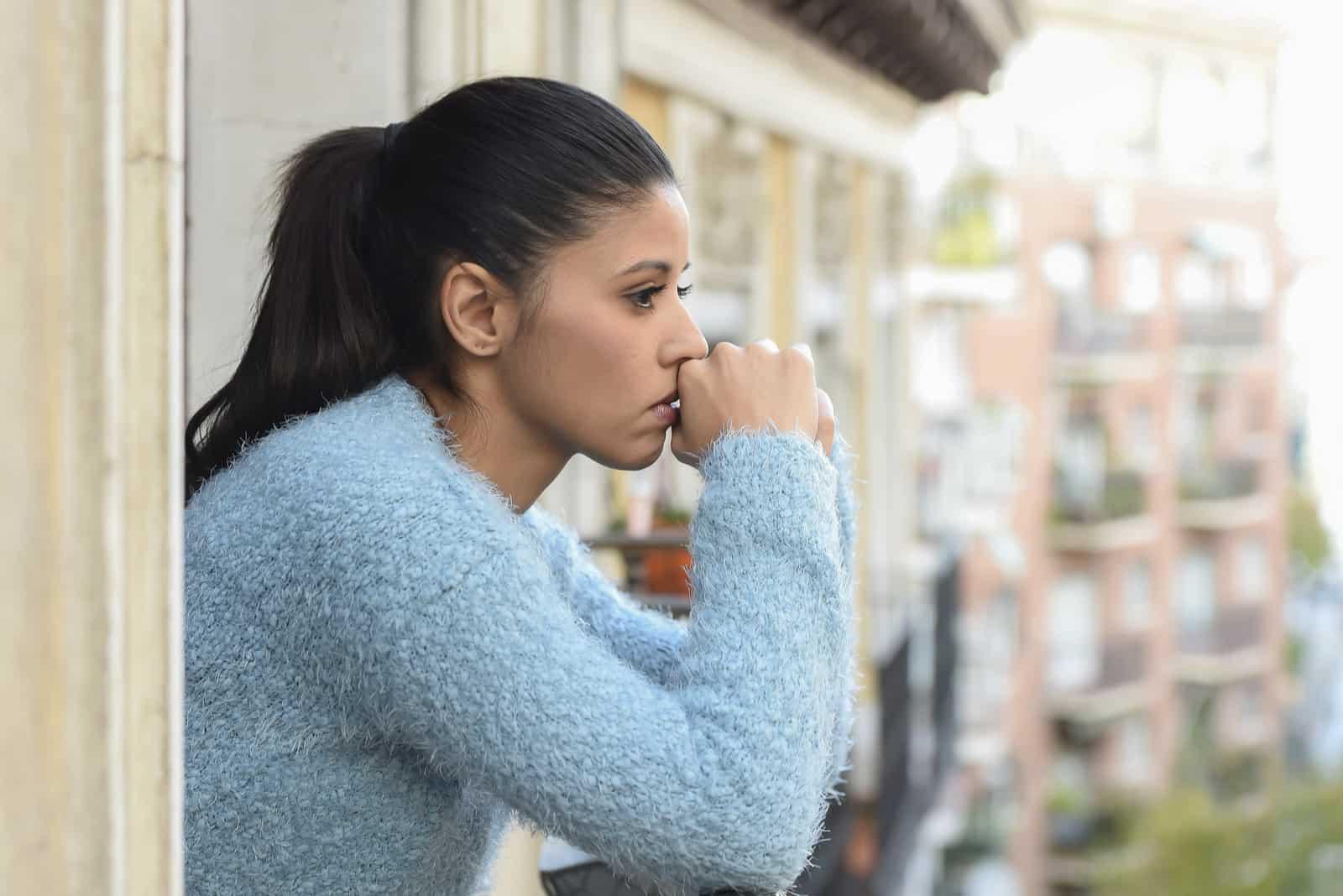 ung vacker sorglig och desperat spansktalande kvinna som lider av depression