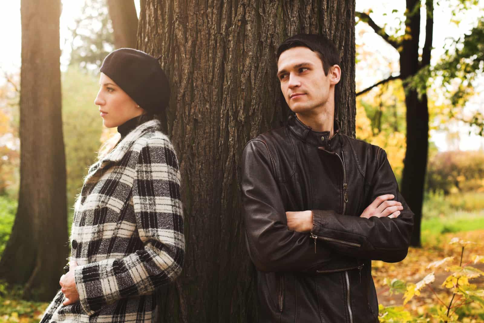 ungt par som i en park