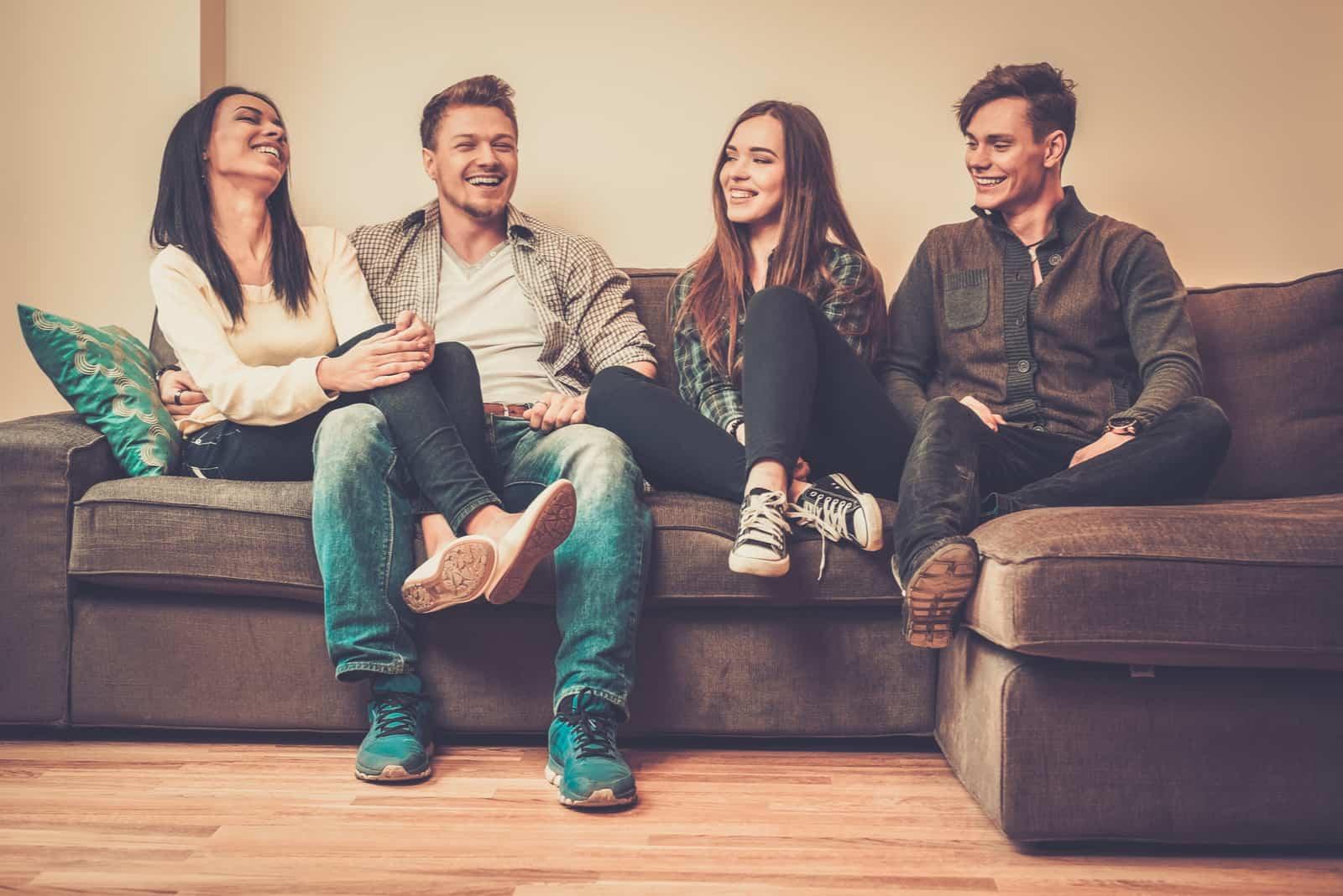vänner som sitter på en soffa