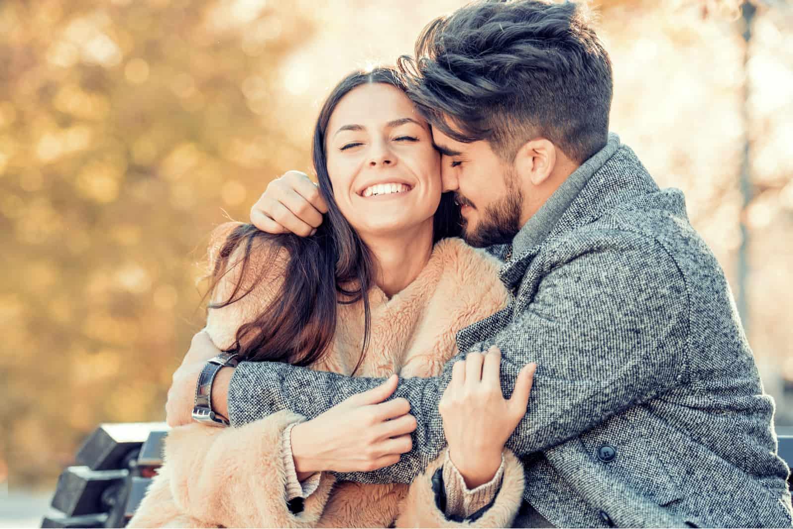 Lyckligt ungt par som kramar