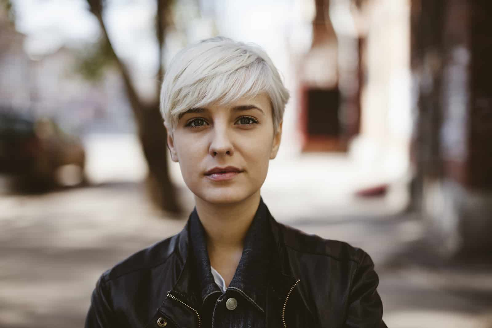 ung kvinna med kort blont hår
