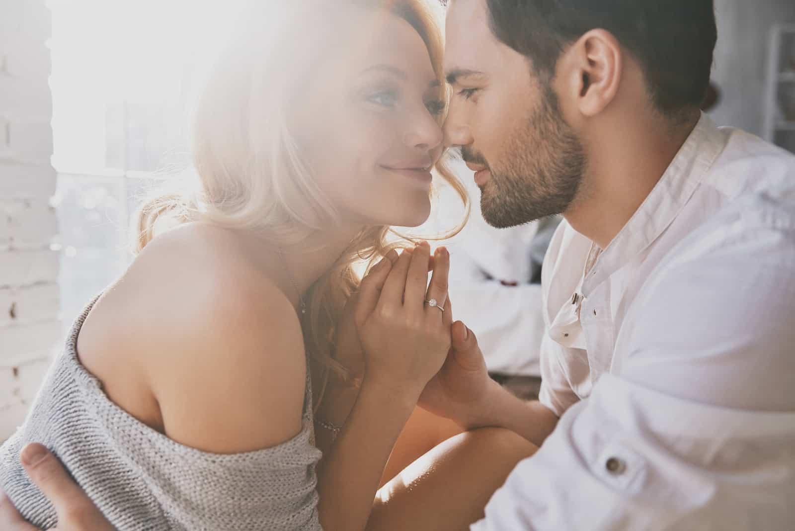 självsäkra lyckliga par krama