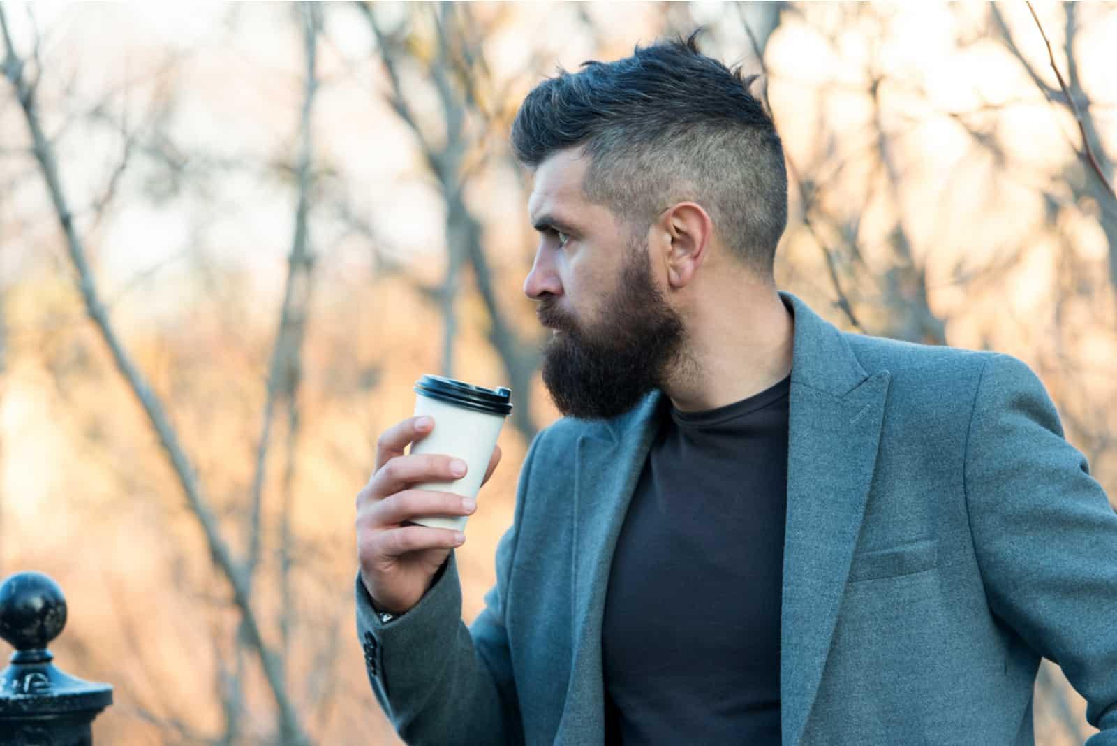 Fundersam mandrink tar bort kaffe