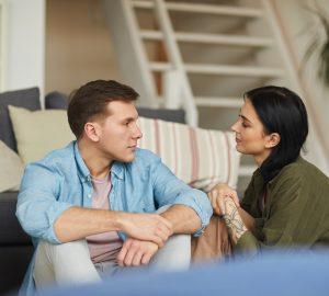 moderna unga par som pratar med varandra uppriktigt