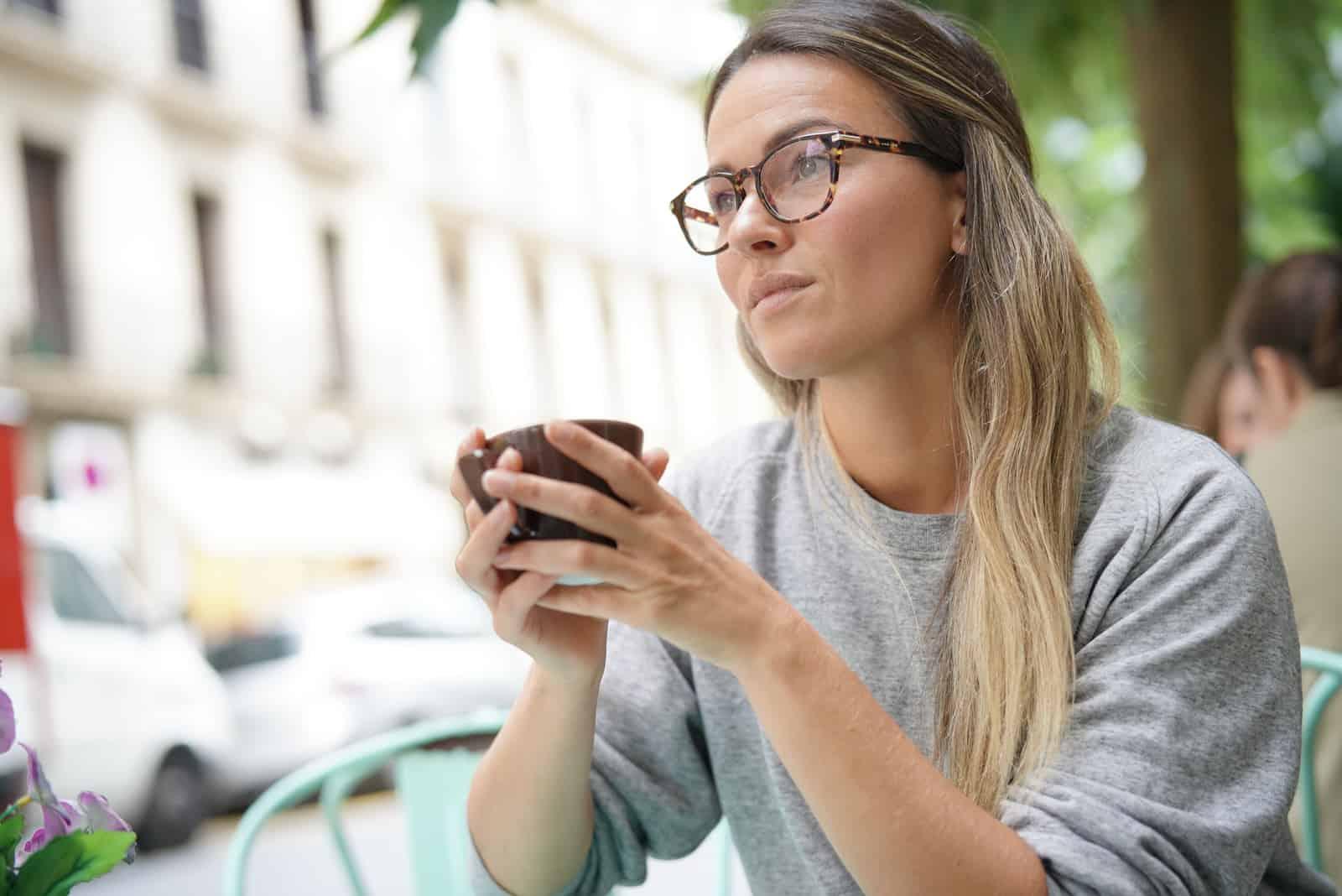 fundersam kvinna som har kaffe