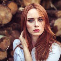 rödhårig ung flicka med fräckad hud