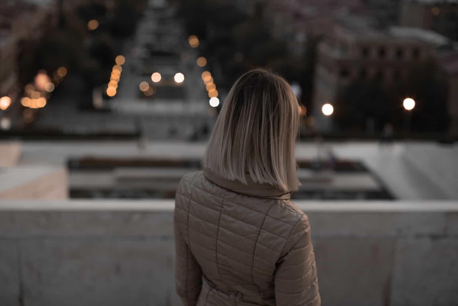 Kvällspromenad av flickan på hösten