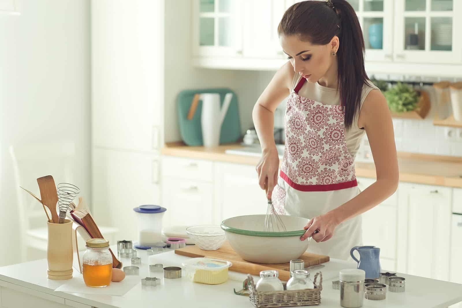 Kvinna som bakar hemma
