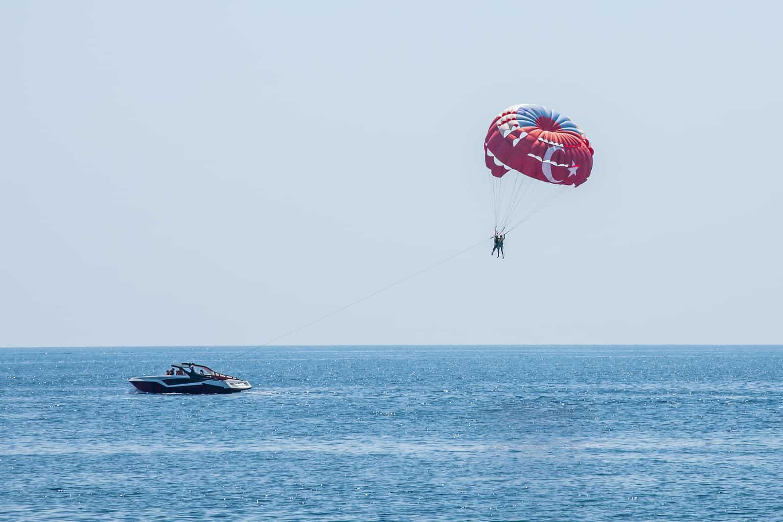 Människor med fallskärm