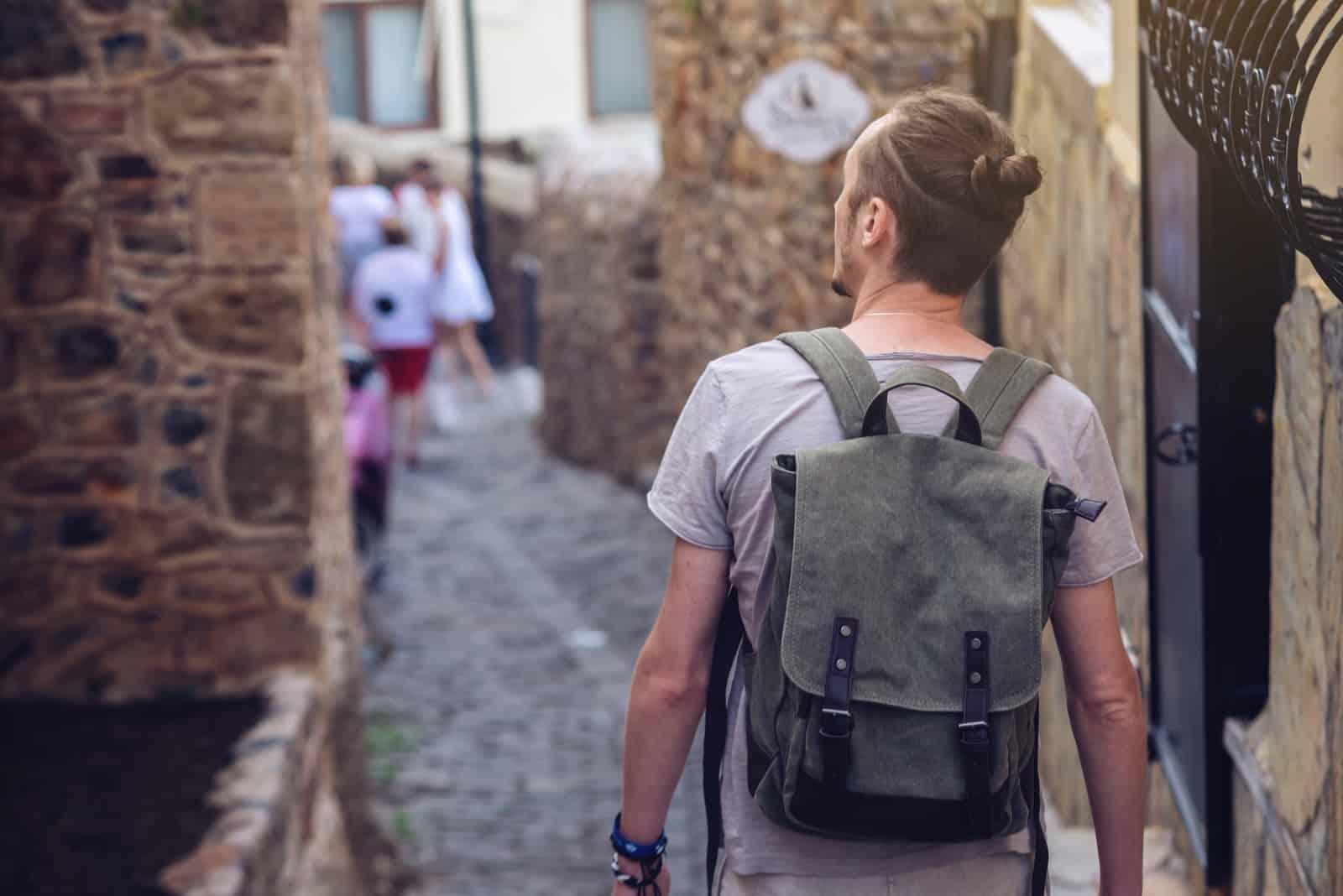 Manresande med ryggsäck