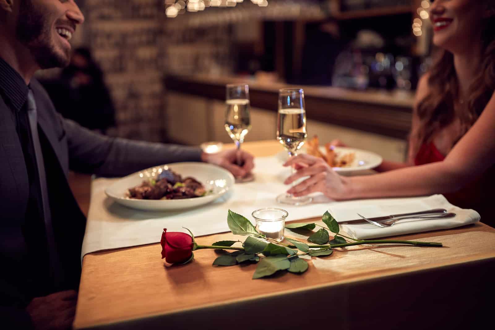Par har en romantisk kväll i restaurangen