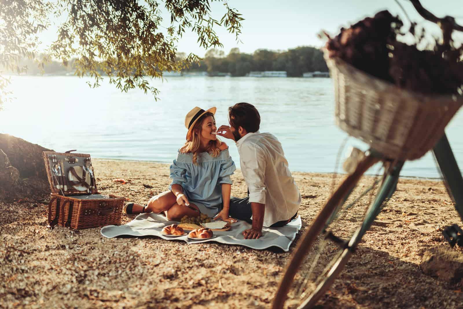 Par i kärlek som tycker om picknicktid