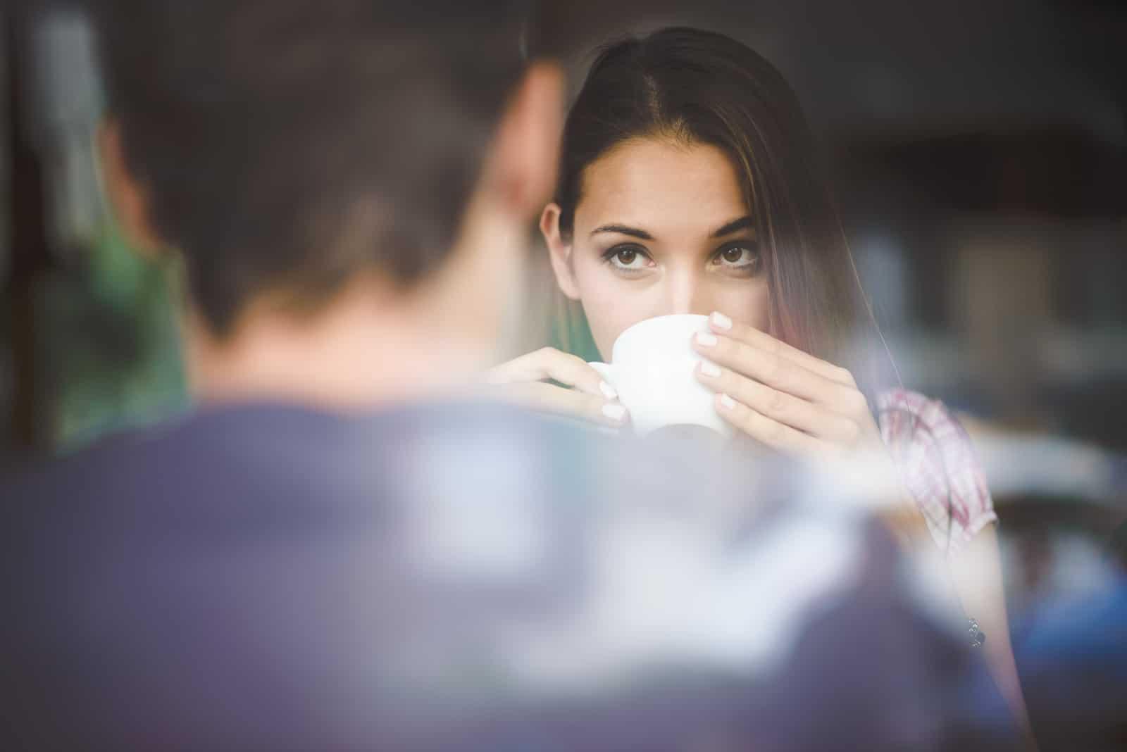 Par som njuter av kaffe