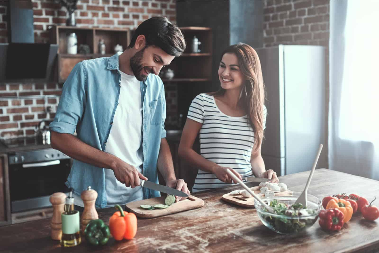 Romantiska par lagar mat på kök