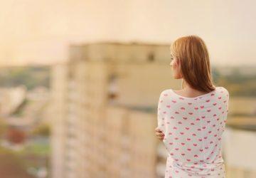 blondin står på takkanten