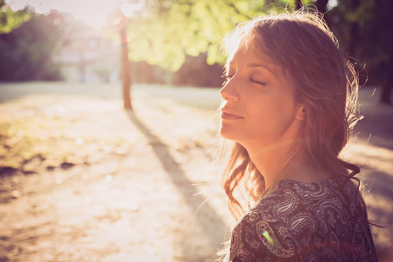 Ståenden av en flicka parkerar in med stängda ögon