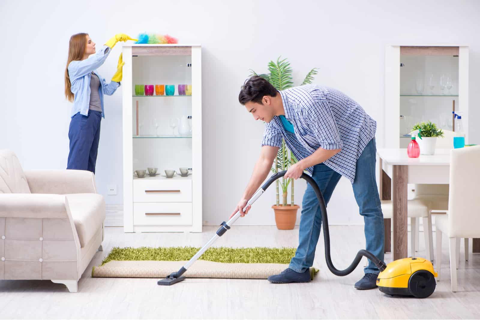 Ung familj som städar huset