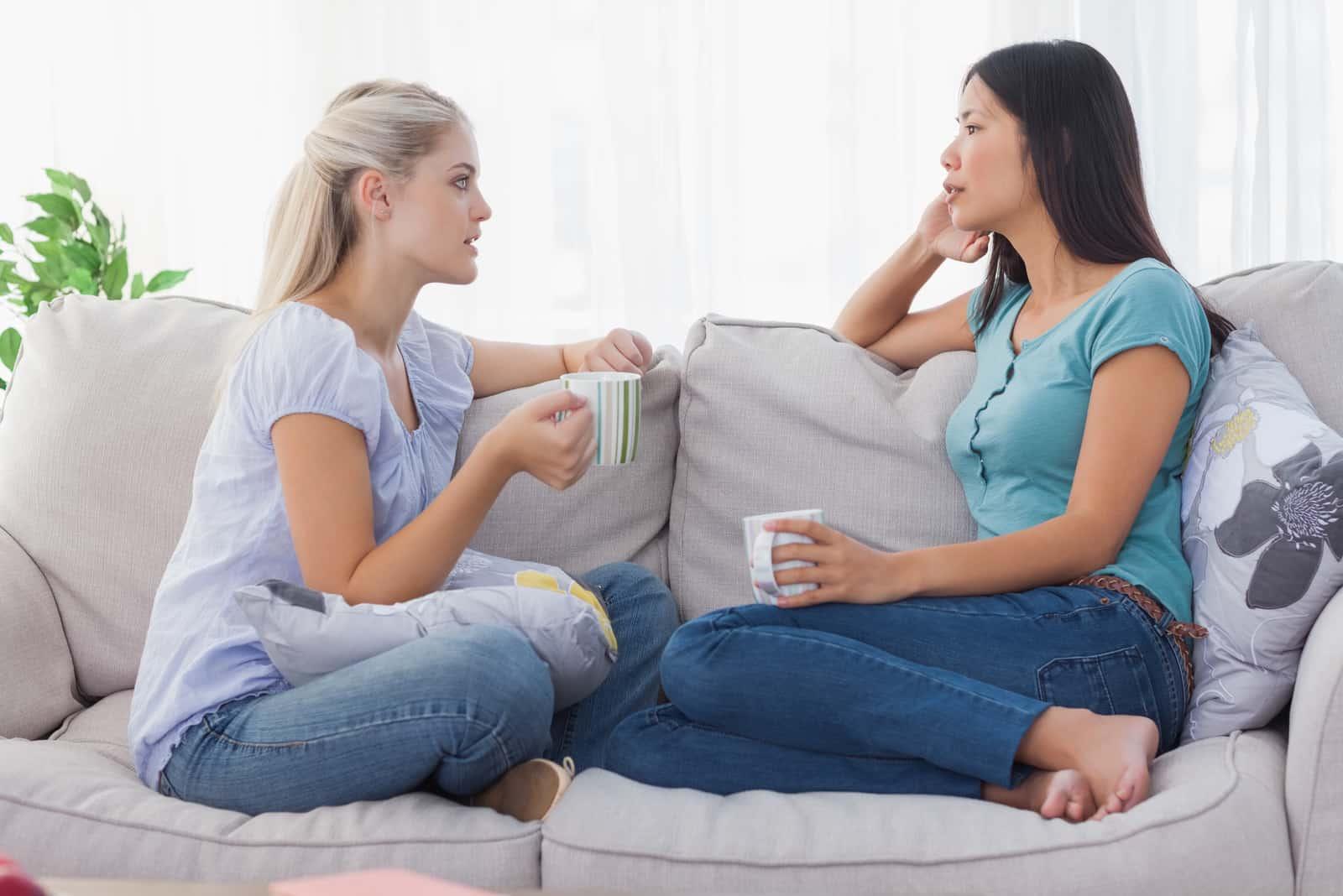 Vänner som dricker kaffe och har en seriös pratstund hemma