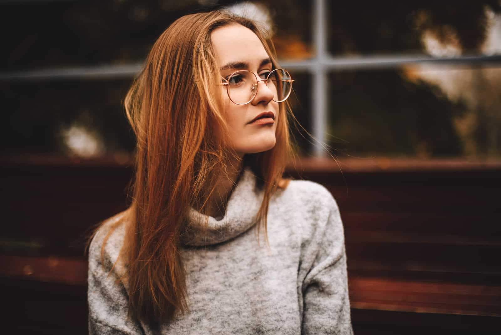 fundersam ung kvinna med långt hår