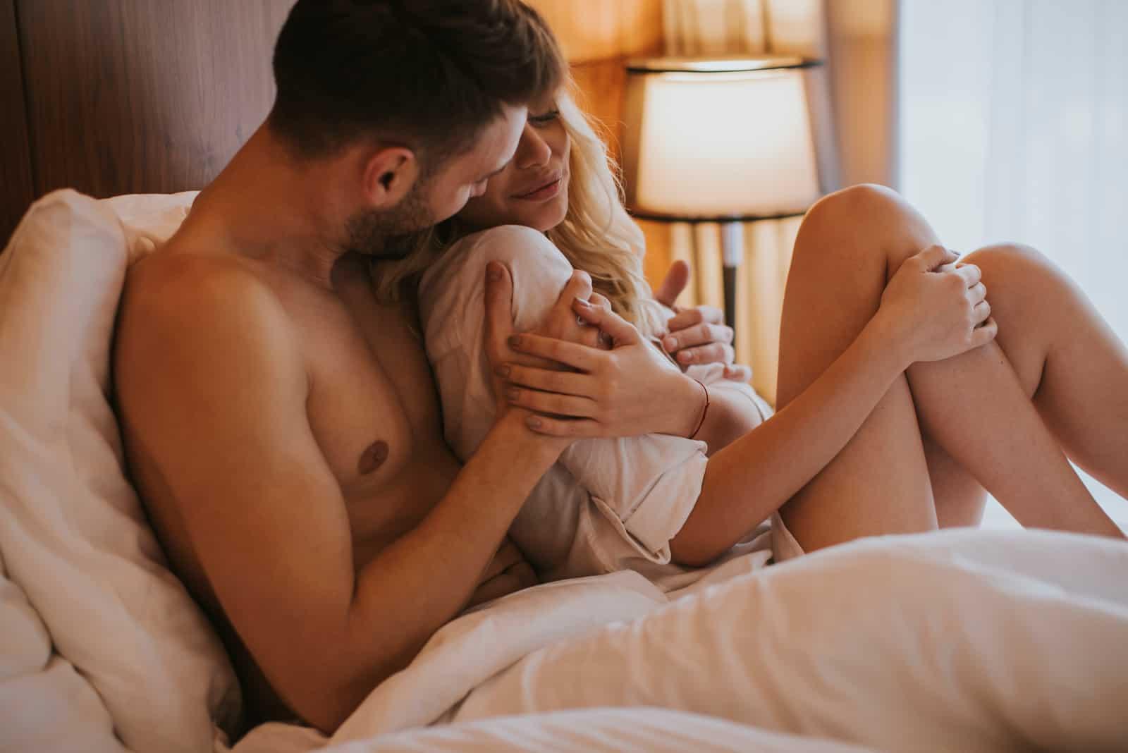 kramade par på sängen i rummet