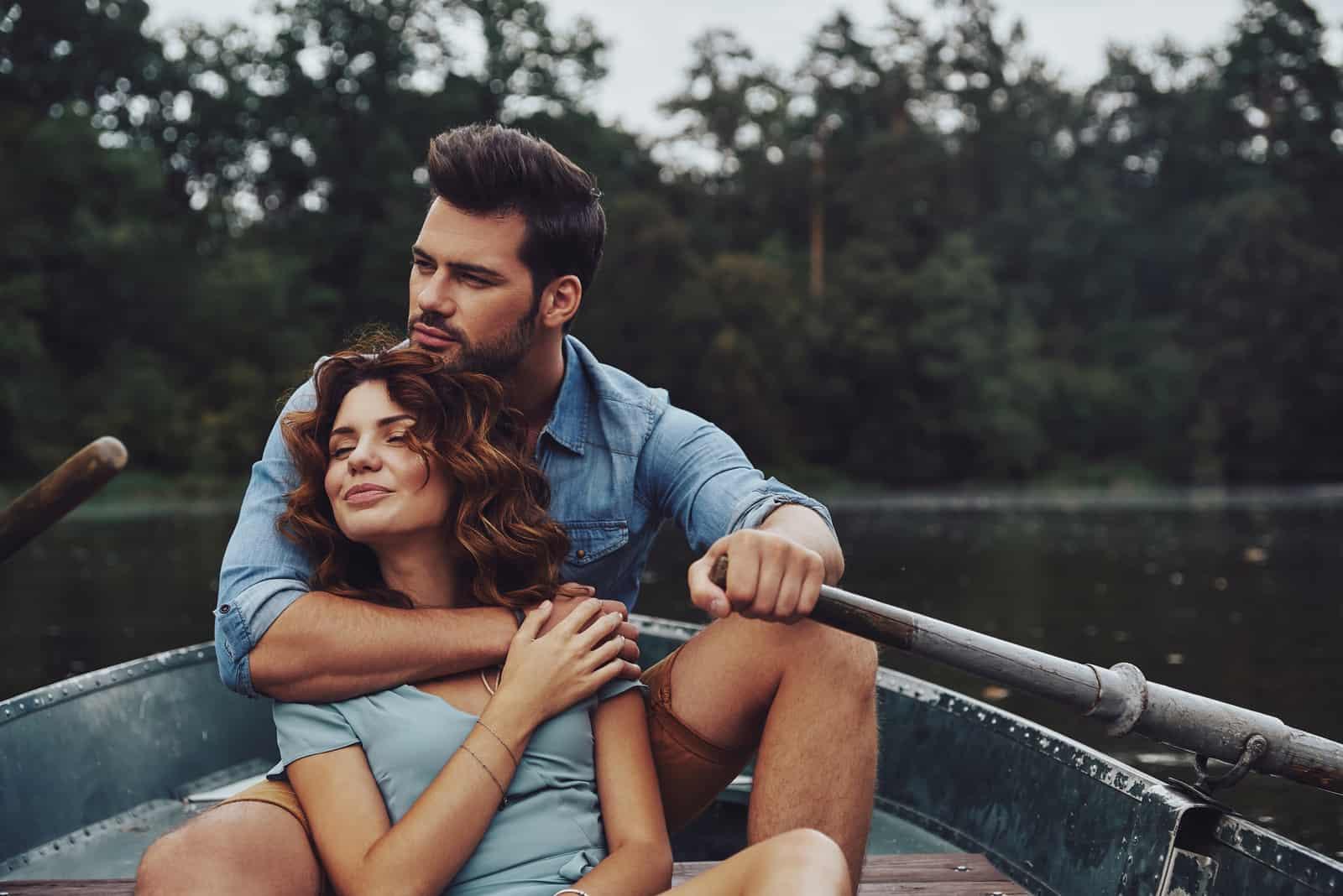 lyckliga par i naturen