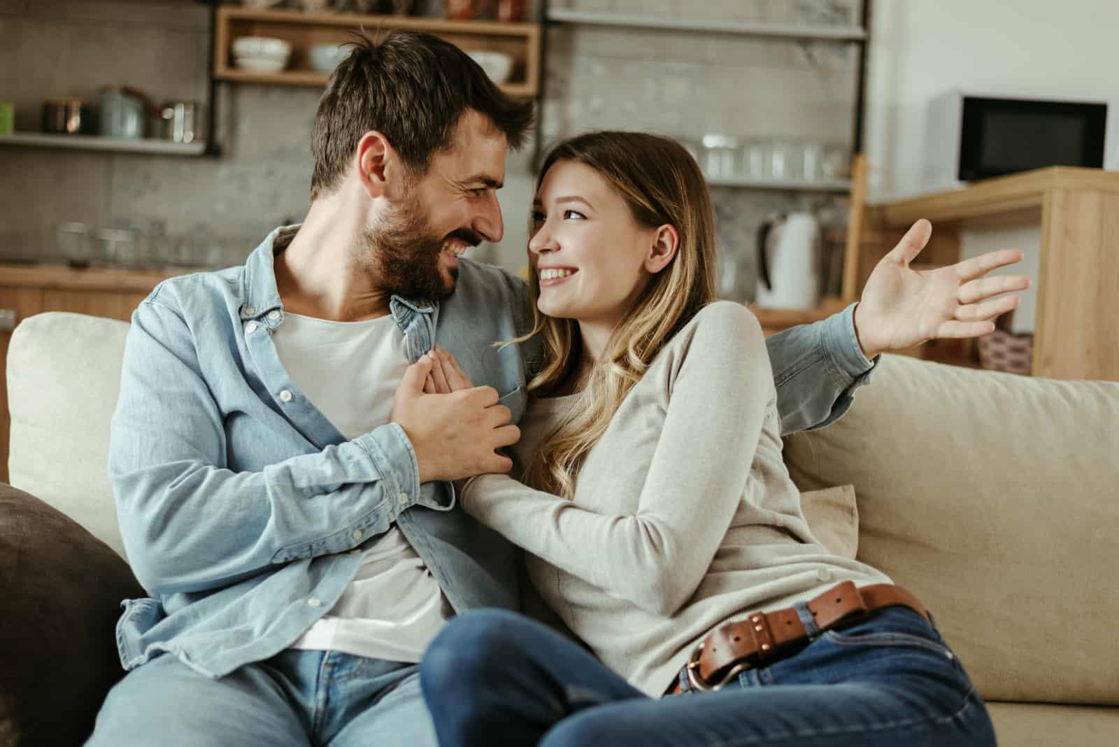 lyckliga par som pratar med varandra hemma