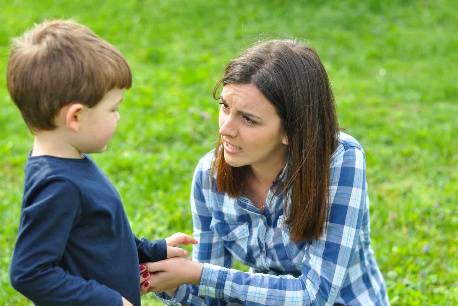 mamma och son leker i parken på våren