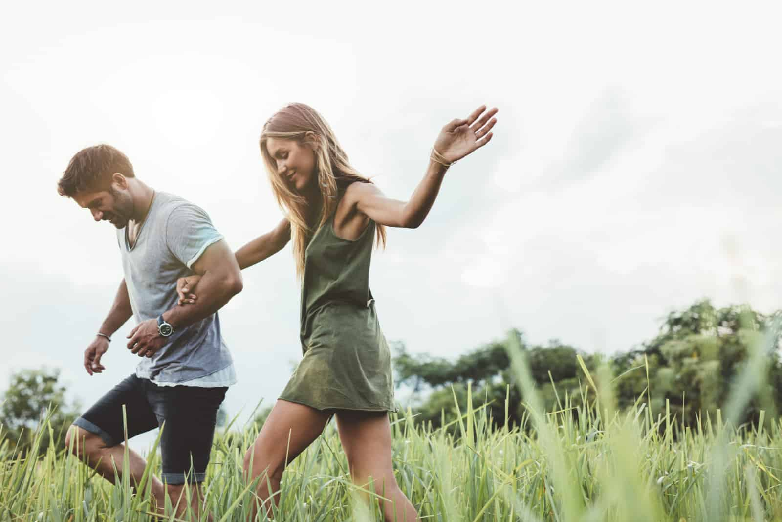 par som går genom äng hand i hand