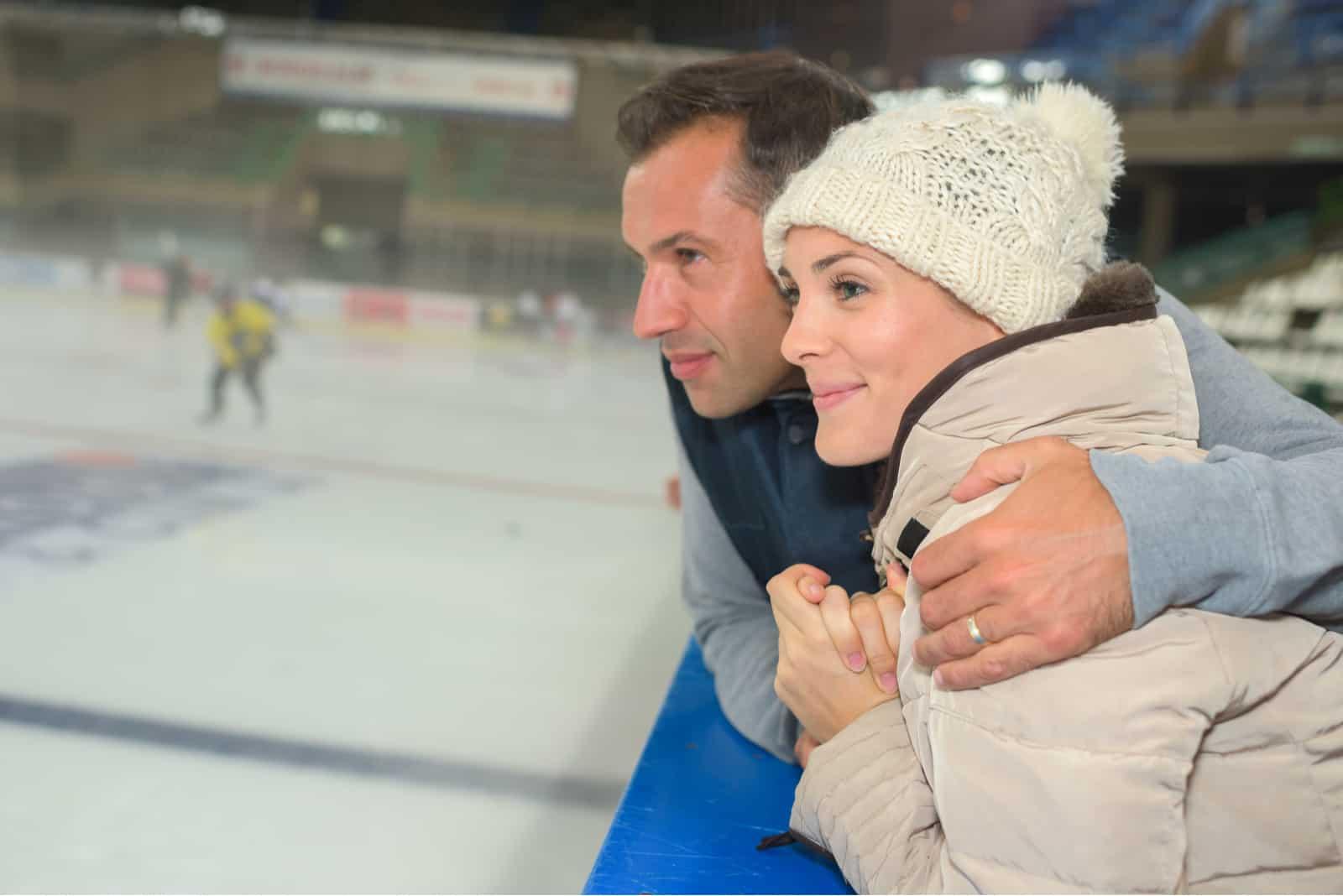 par som tittar på hockeyspel